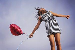 žena s balónom v ruke
